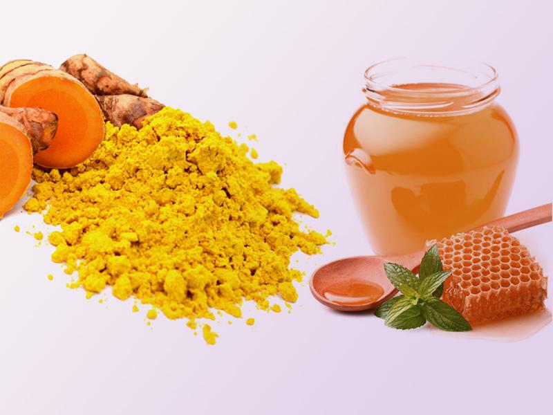 Mật ong kết hợp tinh bột nghệ trị nhiệt miệng